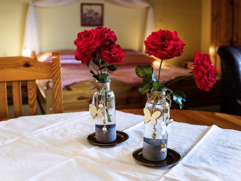 Esszimmertisch mit Rosen