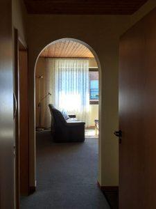 Der Flur der Ferienwohnung mit Blick in den Wohnbereich