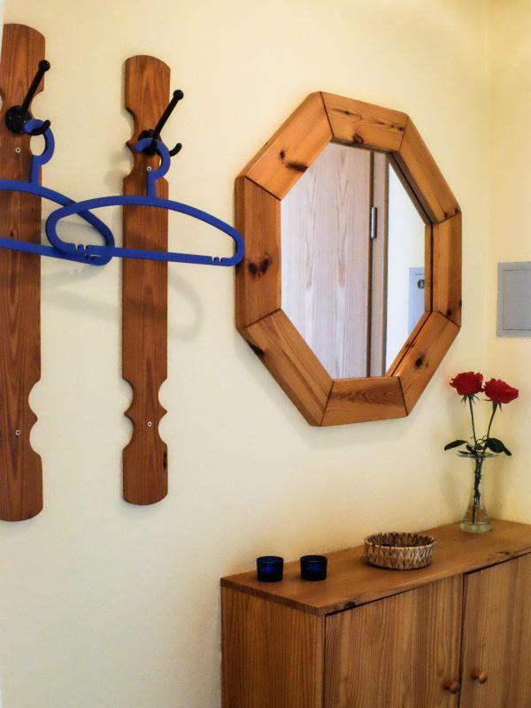 Der Flur der Ferienwohnung mit Garderobe und Spiegel