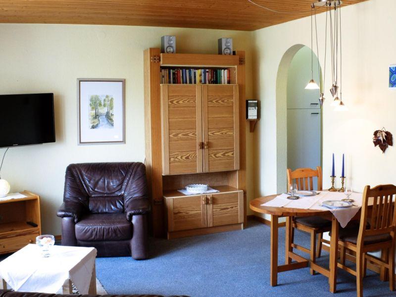 Blick in den Wohn- und Essbereich der Ferienwohnung